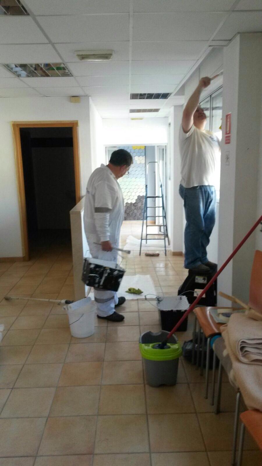 Voluntarios de Stella Maris ultimando detalles para la adecuación de la sede de esta organización en Castellón